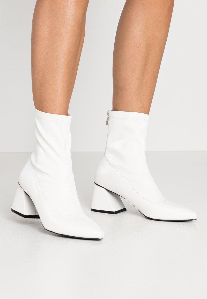 BEBO - GUTSY - Kotníkové boty - white