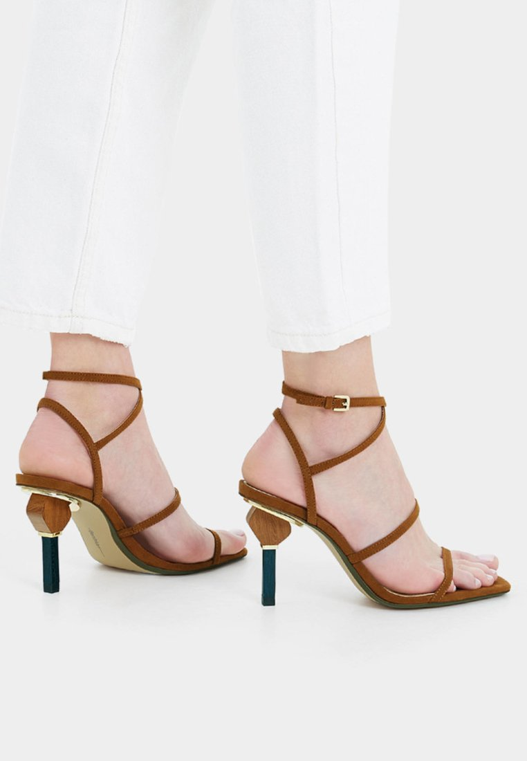 Bershka - Korolliset sandaalit - beige