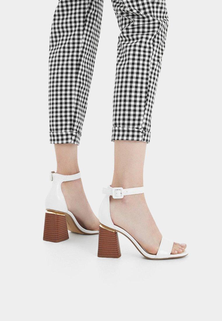 Bershka - DETALLE METÁLICO - Korolliset sandaalit - white