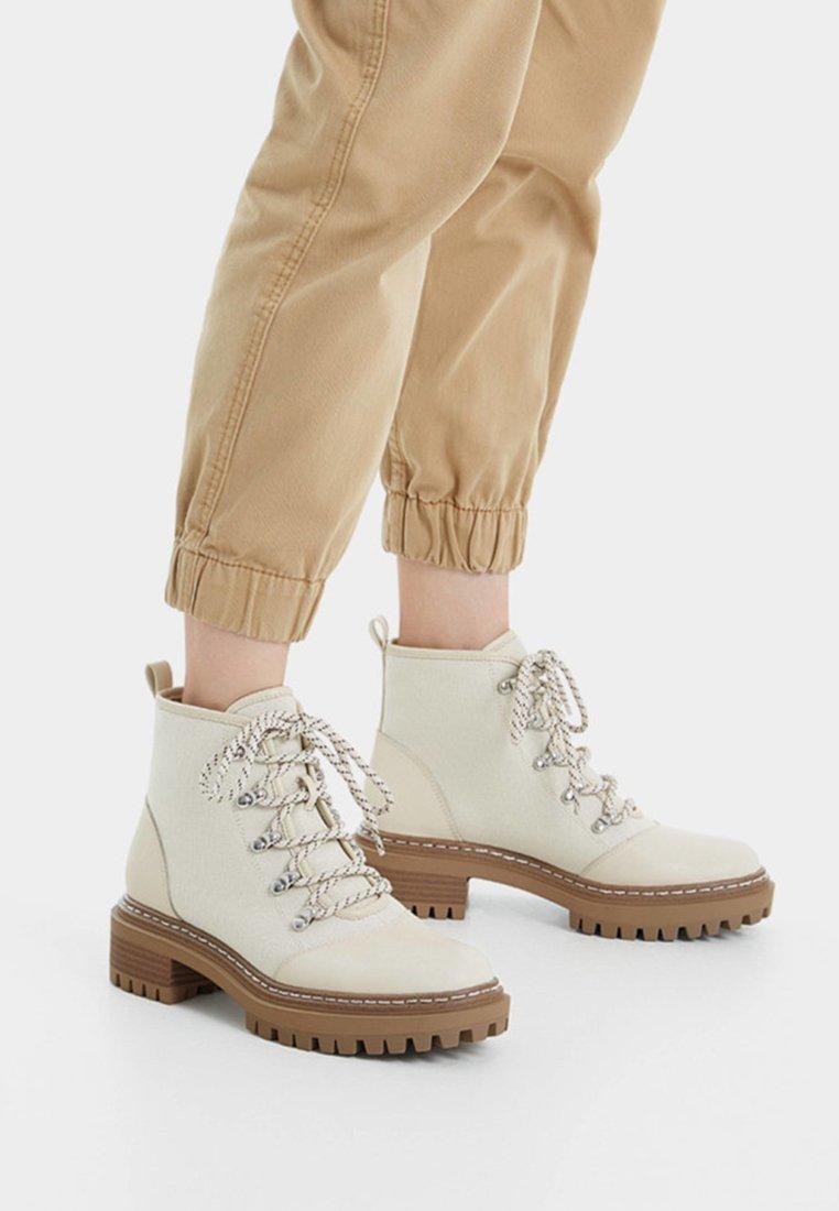 Bershka - Korte laarzen - beige