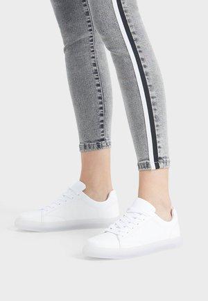 MIT DURCHSCHEINENDER SOHLE - Sneakers basse - white