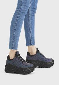 Bershka - Sneakersy niskie - black - 0