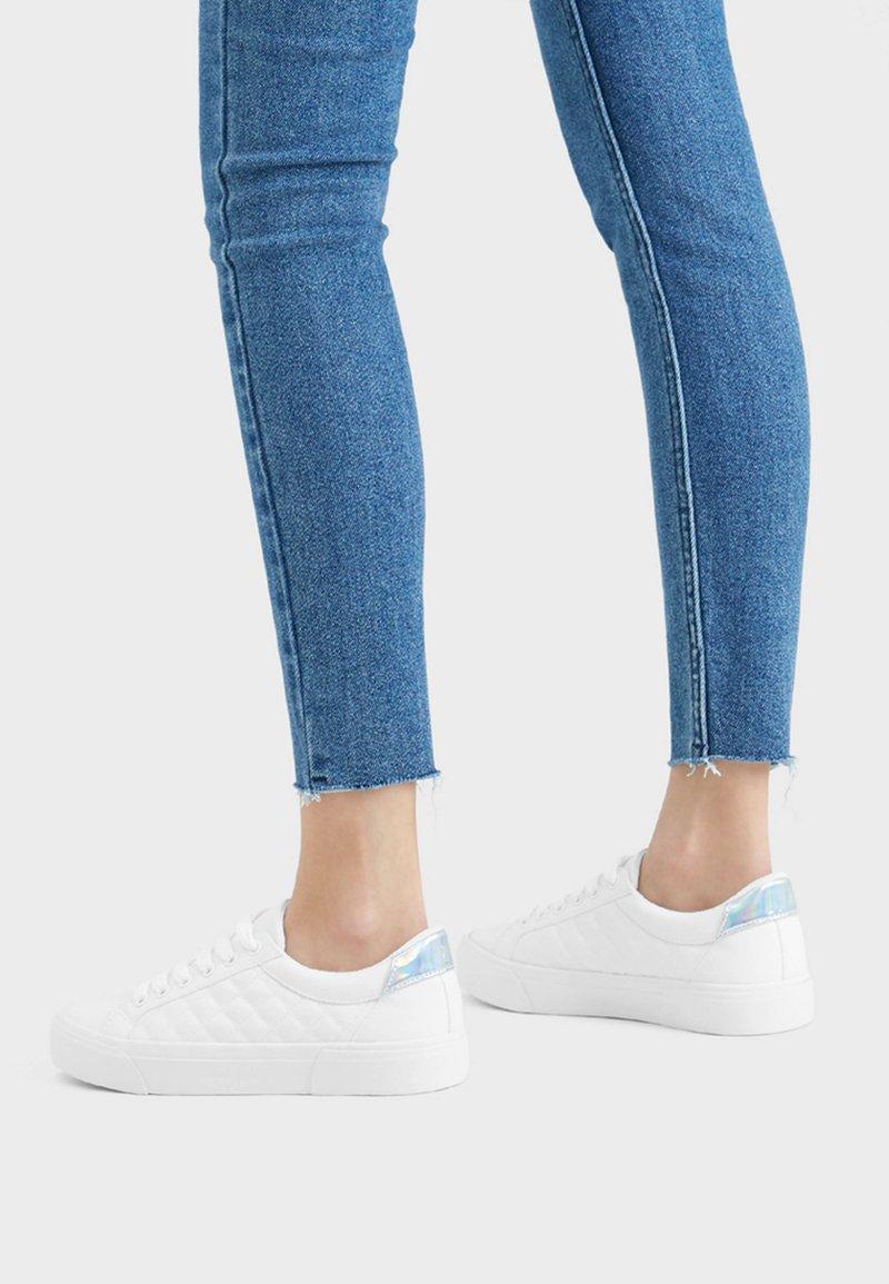 Bershka - HAUSSCHUH MIT STEPPMUSTER 11402560 - Sneakers laag - white