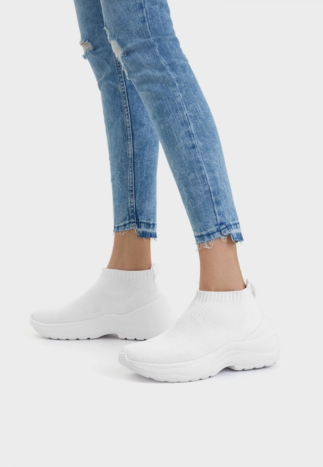 SOCK-BOOTS MIT PLATEAU 11508560 - Korkeavartiset tennarit - white