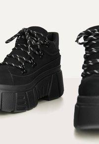 Bershka - SPORTLICHE STIEFELETTEN MIT XL-SOHLE 11542560 - High-top trainers - black - 4