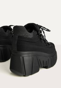 Bershka - SPORTLICHE STIEFELETTEN MIT XL-SOHLE 11542560 - High-top trainers - black - 5