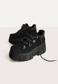 Bershka - SPORTLICHE STIEFELETTEN MIT XL-SOHLE 11542560 - High-top trainers - black - 3