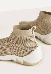 Bershka - HOHE SNEAKER MIT ELASTISCHEM SCHAFT 11530560 - Sneakersy wysokie - beige - 4