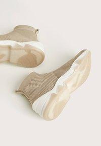 Bershka - HOHE SNEAKER MIT ELASTISCHEM SCHAFT 11530560 - Sneakersy wysokie - beige - 5