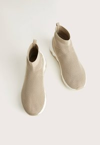 Bershka - HOHE SNEAKER MIT ELASTISCHEM SCHAFT 11530560 - Sneakersy wysokie - beige - 2