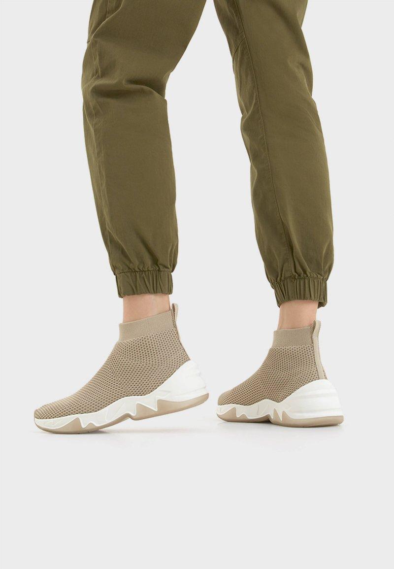 Bershka - HOHE SNEAKER MIT ELASTISCHEM SCHAFT 11530560 - Sneakersy wysokie - beige