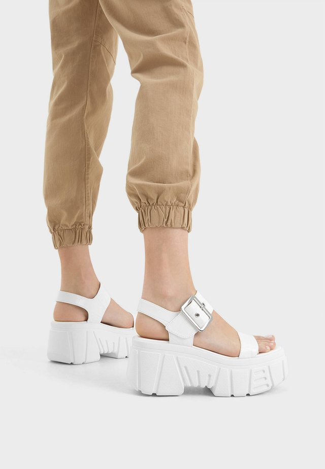 Korolliset sandaalit - white