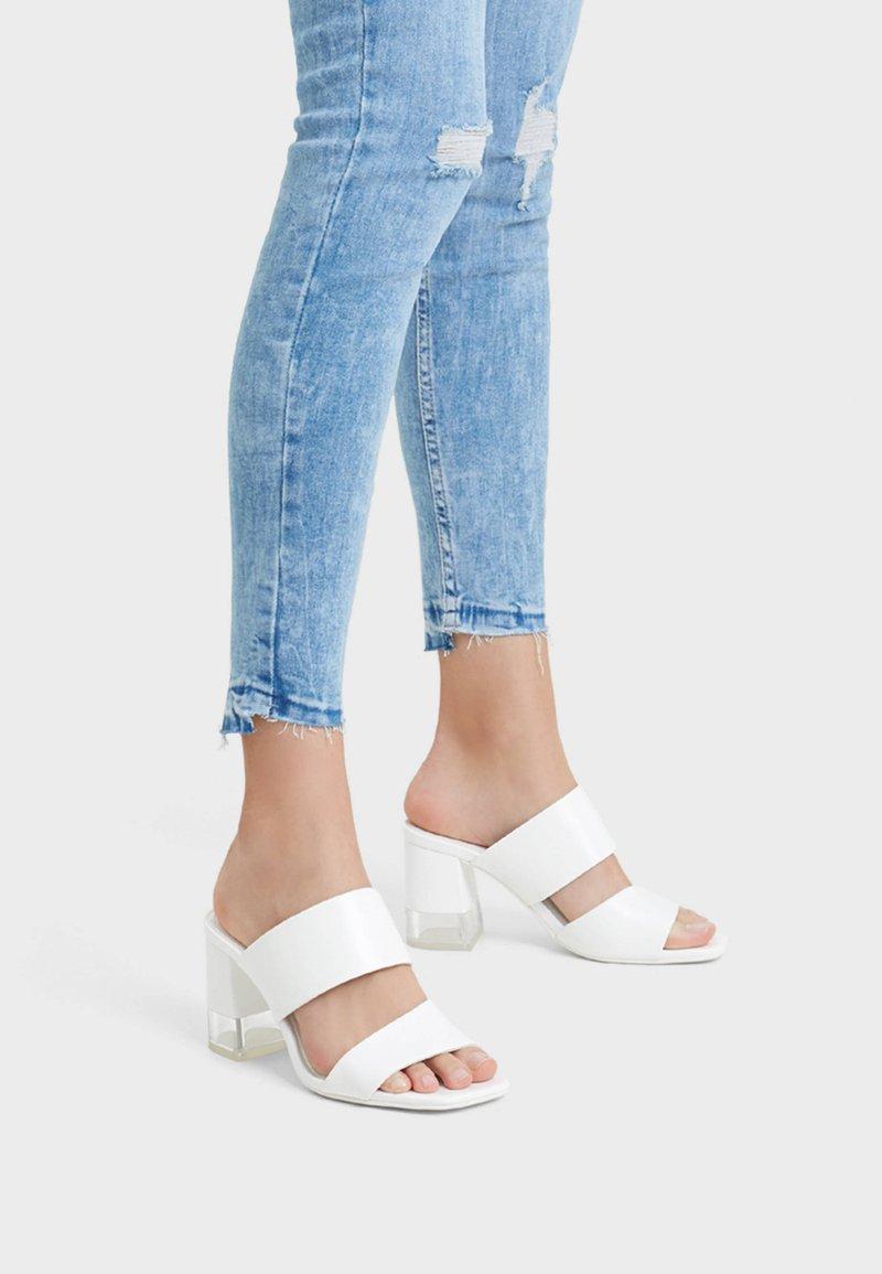 Bershka - MIT OFFENER FERSE  - Sandály na vysokém podpatku - white