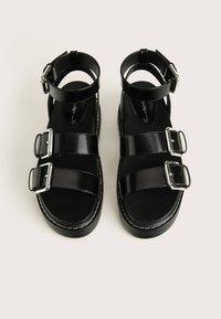 Bershka - MIT RIEMCHEN UND SCHNALLEN - Sandalen met plateauzool - black - 2