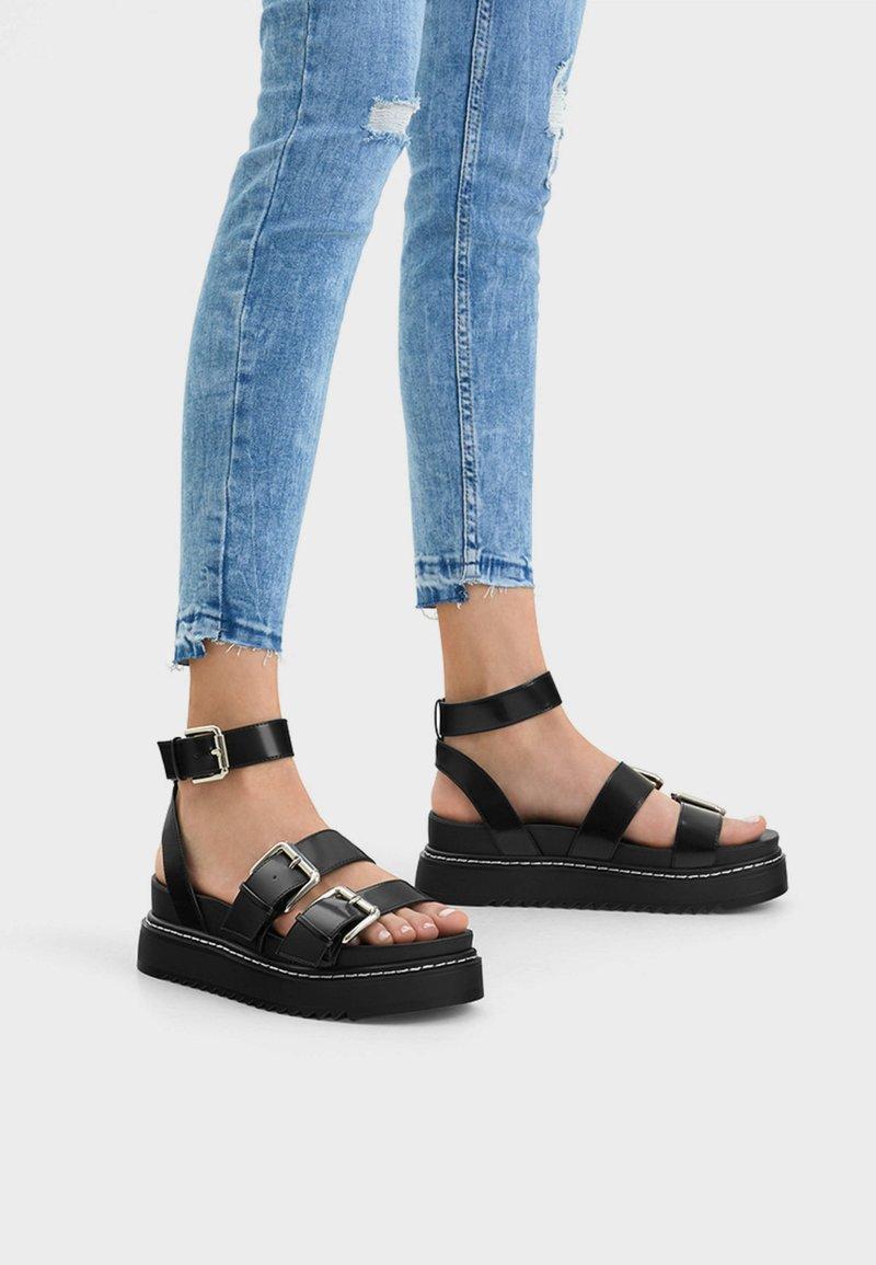 Bershka - MIT RIEMCHEN UND SCHNALLEN - Sandalen met plateauzool - black