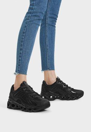 MIT ÖFFNUNGEN - Sneakersy niskie - black