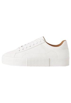 MIT TIERPRÄGUNG - Sneakersy niskie - white