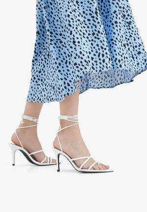 MIT SCHNÜRRIEMCHEN - Korolliset sandaalit - white