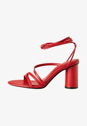 MIT BREITEM ABSATZ UND SCHNÜRRIEMCHEN - Korolliset sandaalit - red