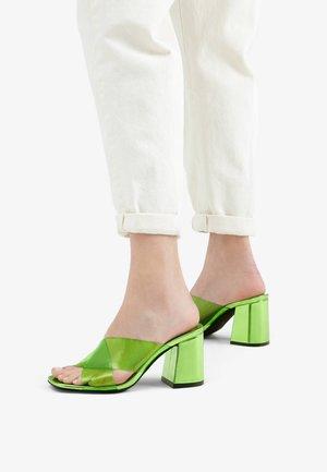 MIT VINYL-ABSATZ - Korolliset pistokkaat - green