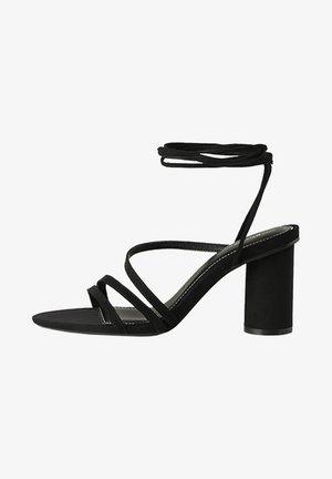 MIT BREITEM ABSATZ UND SCHNÜRRIEMCHEN  - Korolliset sandaalit - black
