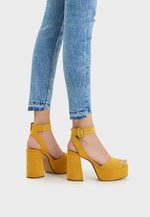 MIT ABSATZ UND PLATEAU 11727560 - Sandály na vysokém podpatku - ochre