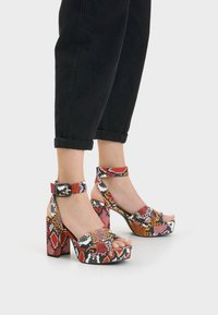 Bershka - MIT ANIMALPRINT  - Sandalen met hoge hak - multi-coloured - 0