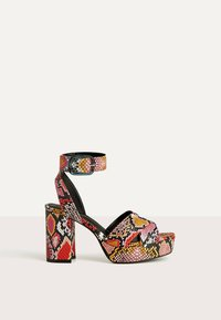 Bershka - MIT ANIMALPRINT  - Sandalen met hoge hak - multi-coloured