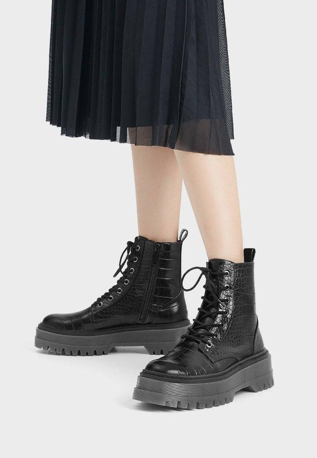 MIT REISSVERSCHLUSS - Kotníkové boty na platformě - black