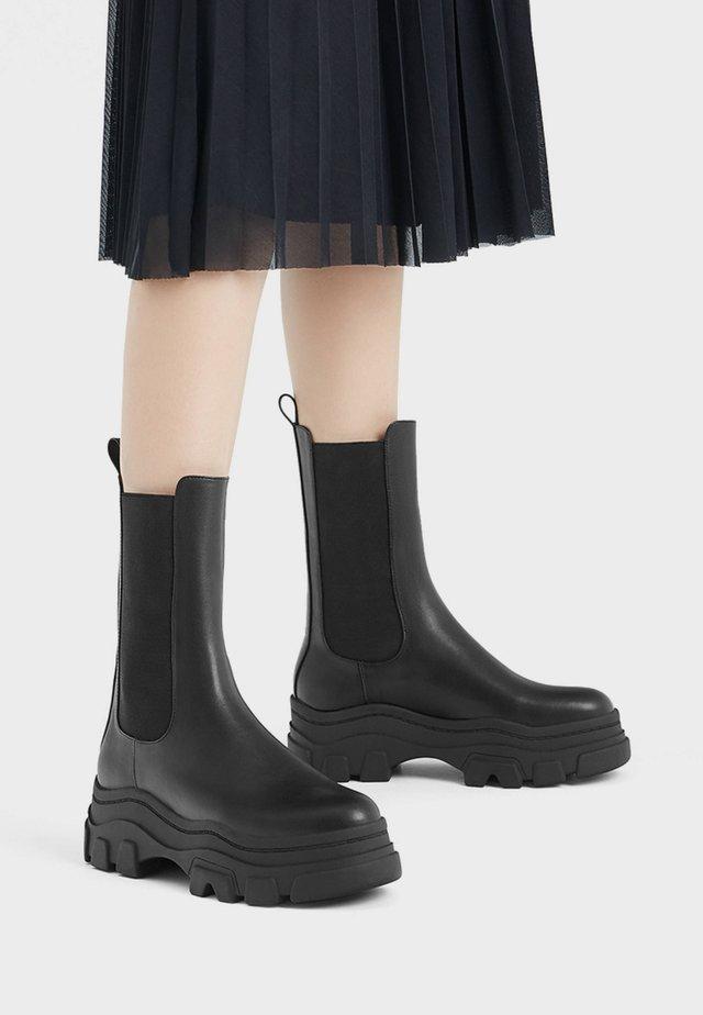 STIEFELETTEN MIT ELASTISCHEM SCHAFT UND PROFILPLATEAU 11220560 - Classic ankle boots - black