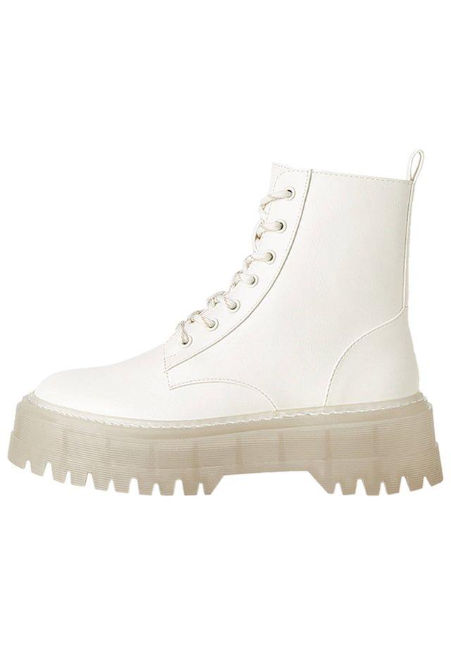 STIEFELETTEN MIT DURCHSCHEINENDER PLATEAUSOHLE 11219560 - Lace-up ankle boots - white