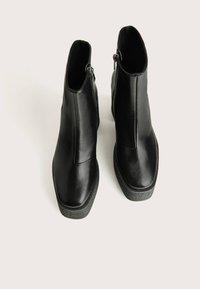 Bershka - STIEFELETTE MIT PLATEAU-ABSATZ 11116560 - Kotníková obuv na vysokém podpatku - black - 4