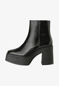 Bershka - STIEFELETTE MIT PLATEAU-ABSATZ 11116560 - Kotníková obuv na vysokém podpatku - black - 1