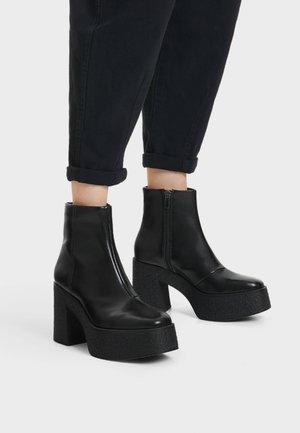 STIEFELETTE MIT PLATEAU-ABSATZ 11116560 - Kotníková obuv na vysokém podpatku - black