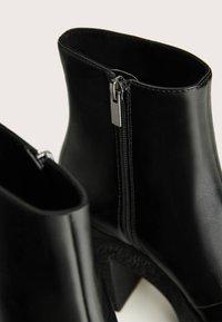 Bershka - STIEFELETTE MIT PLATEAU-ABSATZ 11116560 - Kotníková obuv na vysokém podpatku - black - 6