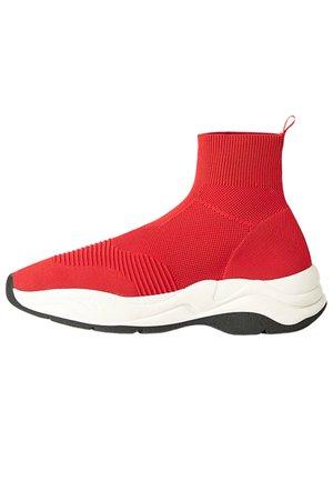 MIT ELASTISCHEM SCHAFT  - High-top trainers - red