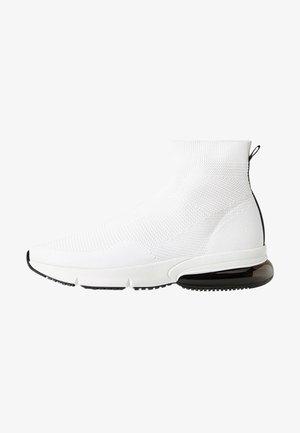 MIT ELASTISCHEM SCHAFT  - Sneakersy wysokie - white