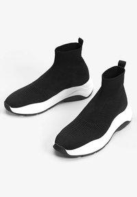 Bershka - MIT ELASTISCHEM SCHAFT - Sneakersy niskie - black - 1