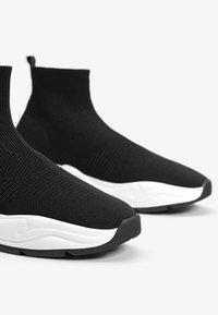 Bershka - MIT ELASTISCHEM SCHAFT - Sneakersy niskie - black - 5