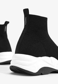 Bershka - MIT ELASTISCHEM SCHAFT - Sneakersy niskie - black - 4