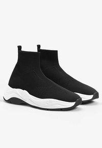 Bershka - MIT ELASTISCHEM SCHAFT - Sneakersy niskie - black - 2