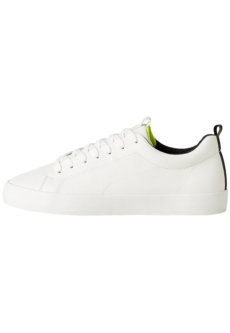 Bershka - HERREN-SPORTSCHUHE MIT BROGUING-ELEMENT 12420560 - Baskets basses - white