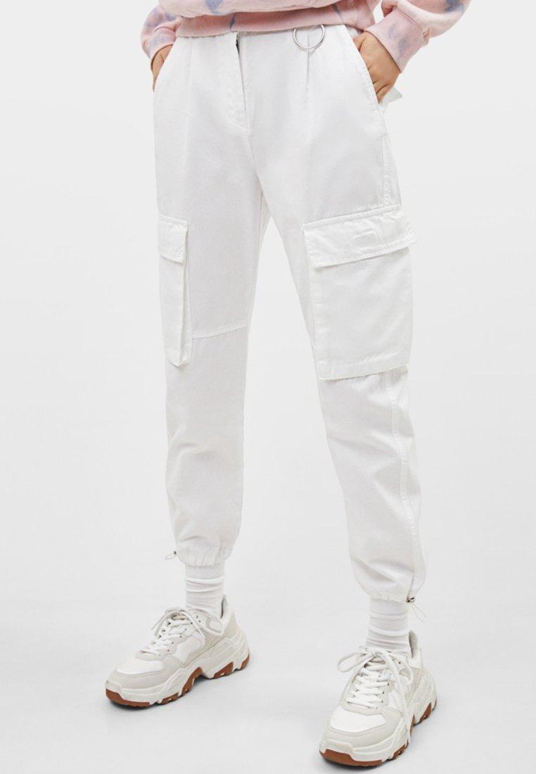 Bershka - CARGOPANTS - Stoffhose - white