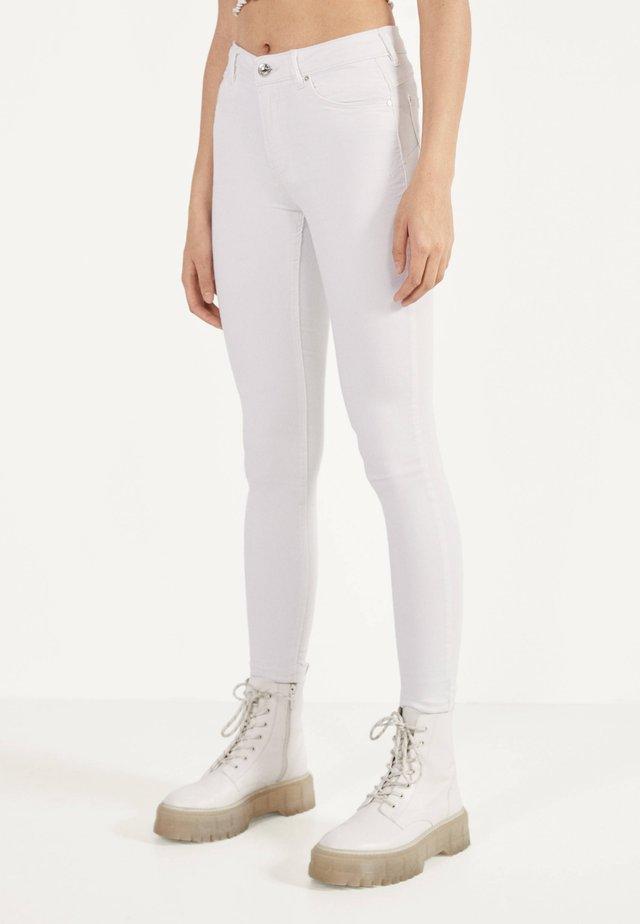 IM PUSH-UP-SCHNITT - Jeans Skinny Fit - white