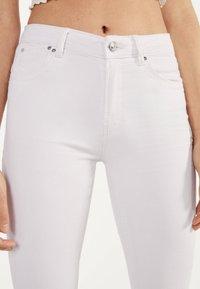 Bershka - IM PUSH-UP-SCHNITT - Jeansy Skinny Fit - white - 3