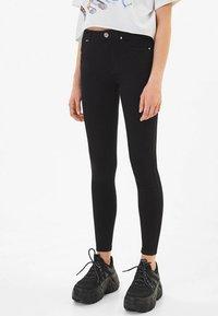 Bershka - IM PUSH-UP-SCHNITT - Jeans Skinny Fit - black - 0