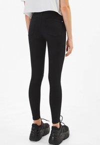 Bershka - IM PUSH-UP-SCHNITT - Jeans Skinny Fit - black - 2