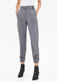 Bershka - MIT GÜRTEL  - Pantaloni - grey - 0
