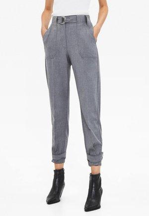 MIT GÜRTEL  - Trousers - grey