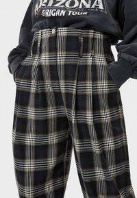 Bershka - KARIERTE - Spodnie materiałowe - black - 3